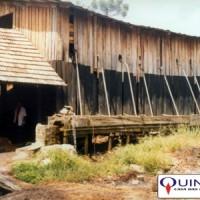 Destilaria de óleo essencial de sassafrás em Santa Catarina - Foto tirada em 1985 por José Azambuja, QUINARÍ