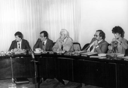 Reunión Empresarial de la Industria de Aceites Esenciales, Químico-Aromáticos y Afines - ALADI, em Montevideo/Uruguai em 1987.Da esquerda para a direita: Sr José Azambuja (da QUINARÍ), Sr Eduardo Castelo (da IFF, International Fragrances and Flavors), Sr Walter Paul Krause (da ABIFRA - Associação Brasileira das Indústrias de Óleos Essenciais, Produtos Químicos, Aromáticos, Fragrâncias, Aromas e Afins), Sr Peter Blambeck (da ABIFRA e Dierberger) e Sra Marinez Raimondo (da Rhodia). Naquela época, a Dierberger era uma das maiores empresas produtoras de óleo de eucalipto do Brasil, fazendo a integração vertical desde o cultivo da matéria-prima até a obtenção do óleo.