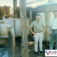 Antiga destilaria paraguaia de Mentha arvensis, década de 80. À esquerda, Sr José Azambuja, da QUINARÍ.