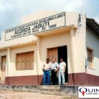 Sr José Azambuja (ao centro) em frente à Associação Comunitária Rural Desão Jorge do Jabuti, no município de Igarapé-Açu/Pará. Este foi o local de muitas reuniões entre os produtores da região e os empresários que participavam do Projeto da Pimenta Longa.