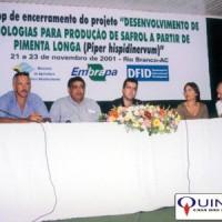 """Workshop de encerramento do projeto """"DESENVOLVIMENTO DE TECNOLOGIAS PARA PRODUÇÃO DE SAFROL A PARTIR DE PIMENTA LONGA"""", em Rio Branco/Acre, 2001. À direita, Sr José Azambuja, da QUINARÍ, juntamente com demais colaboradores do projeto."""