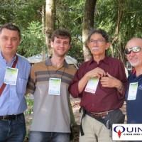 Da esquerda para a direita: Celio Valenga, proprietário da BioFragane, uma das maiores indústrias de produtos químicos do Brasil; Wagner Azambuja, da QUINARÍ; Prof. Dr. Lauro E.S. Barata, da UNICAMP e Sr. José Azambuja, da QUINARÍ. Dr. Lauro é um dos grandes nomes do Brasil no que se refere a óleos essenciais. Foi, talvez, o primeiro a publicar um estudo sobre o óleo essencial de priprioca e desde 2001 vem desenvolvendo um belíssimo trabalho de extração sustentável do óleo de pau rosa (a partir das folhas). Foto tirada durante o VII Simpósio Brasileiro de Óleos Essenciais, em Santarém/PA.