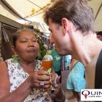 Wagner Azambuja experimentando uma solução hidro-alcoolica de patchouli, pau-rosa, vetiver e priprioca no Mercado Ver-o-Peso, na cidade de Belém/PA.