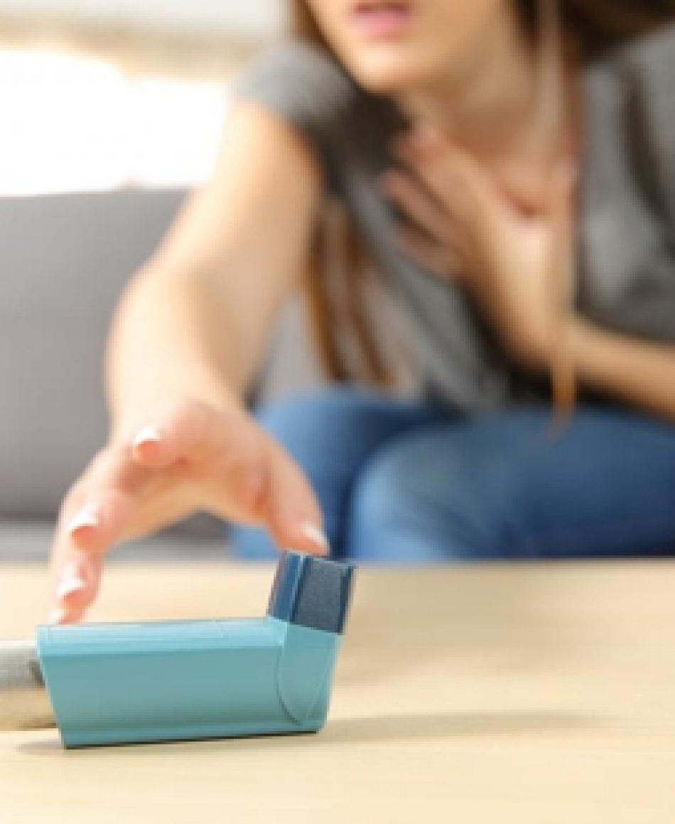 Crise de asma, que ocorre particularmente de manhã ou ao despertar.